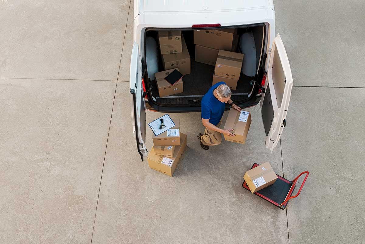 courier delivering parcel PQZHBGE